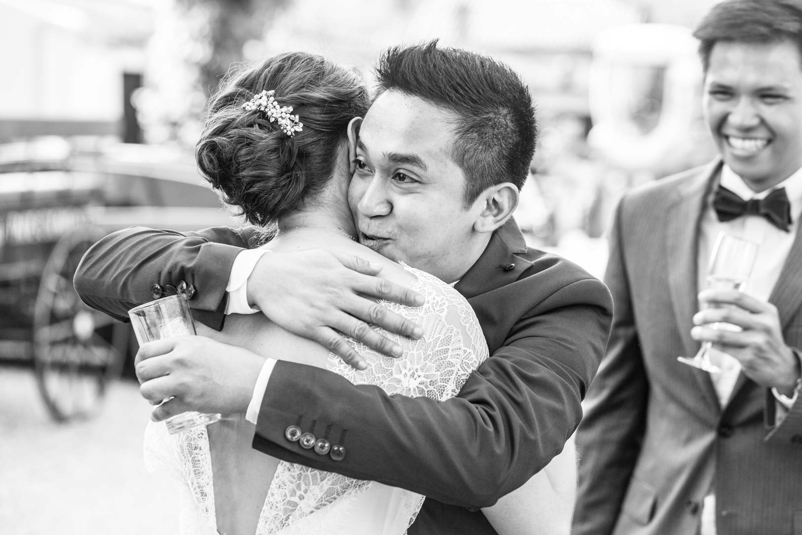 Accolades et félicitations pour la jeune mariée