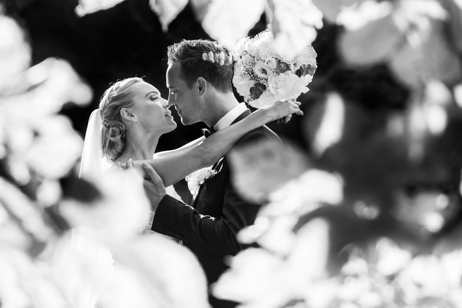 Mariage au château de la tour à Gouvieux. Un baiser de cinéma pour Mathias & Thoril