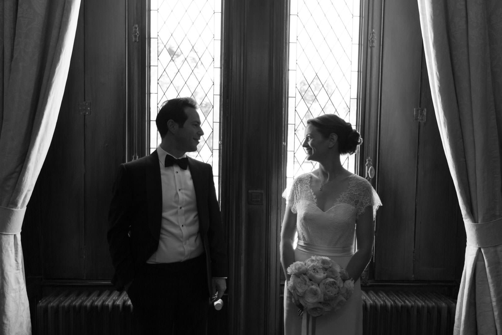 Les époux quelques instants avant la célébration de leur mariage au château du Pape Clément à Bordeaux