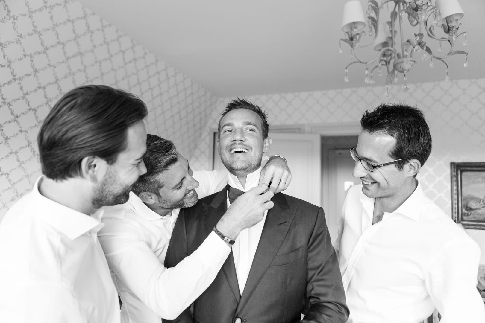 Mathias et les garçons se préparent : episode 2, la cravate du marié