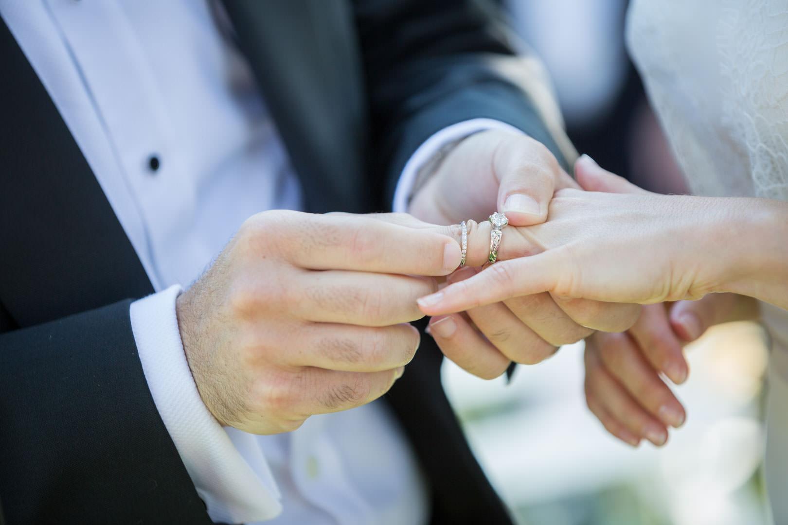 Makram passe la bague au doigt de Louise pour leur mariage au château du Pape Clément à Bordeaux