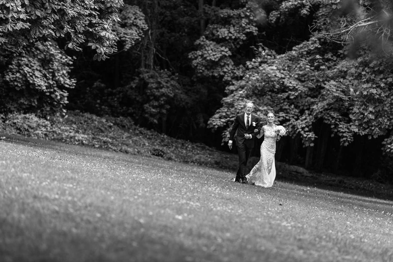 Toril traverse les pelouses du château au bras de son père