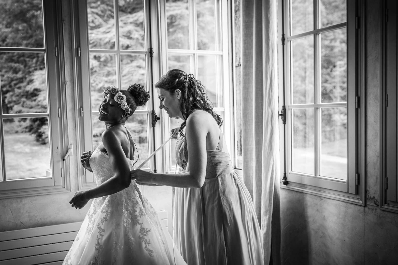 Derniers ajustements sur la robe de la mariée