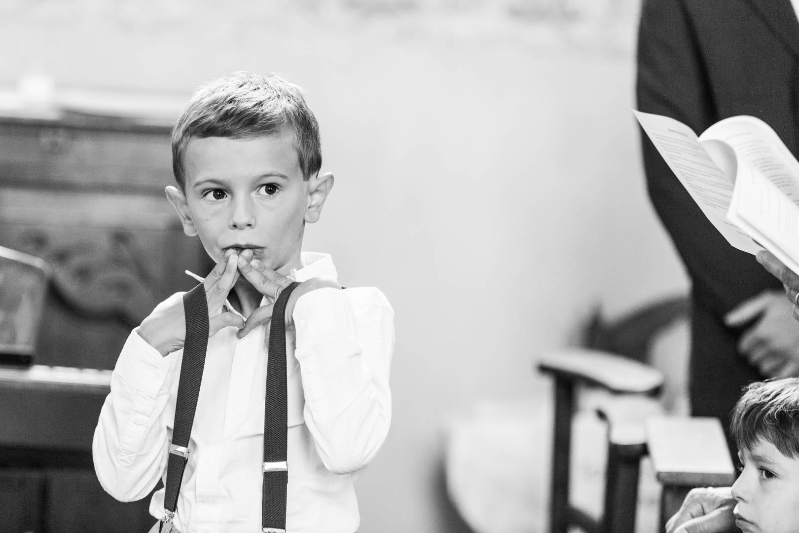 Un enfant presque sage pendant la cérémonie religieuse du mariage.