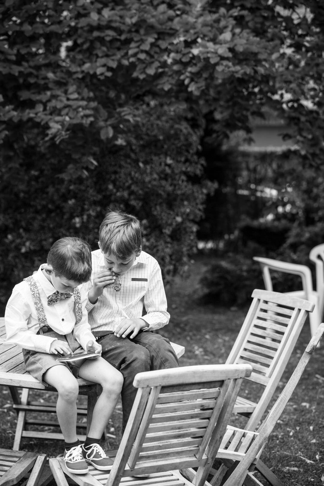 enfant-jardin-smartphone
