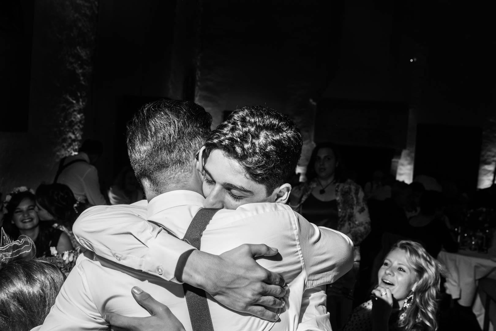 franche et chaleureuse accolade entre le marié et un invité