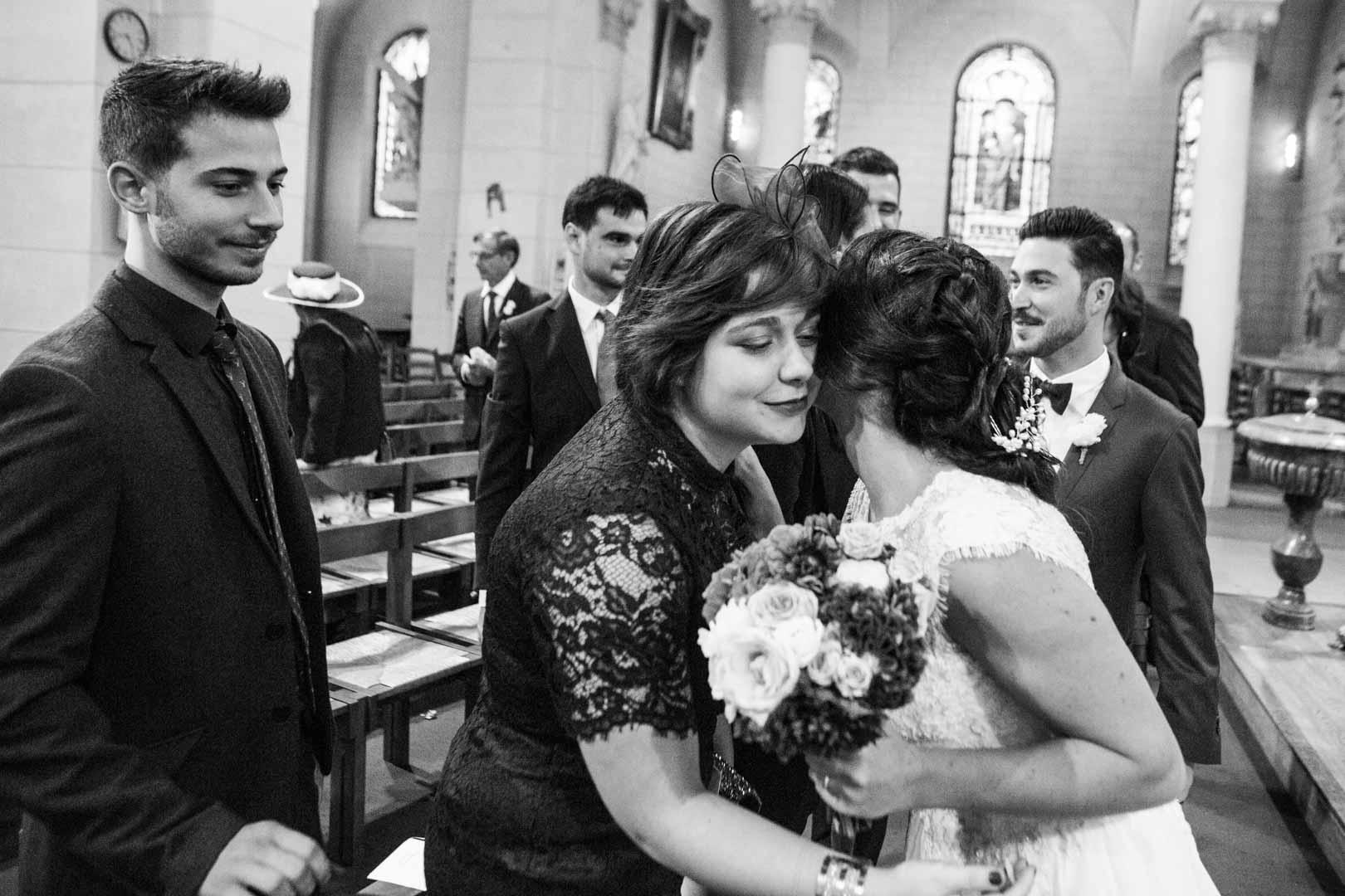 embrassades et félicitations pour le mariage à l'église