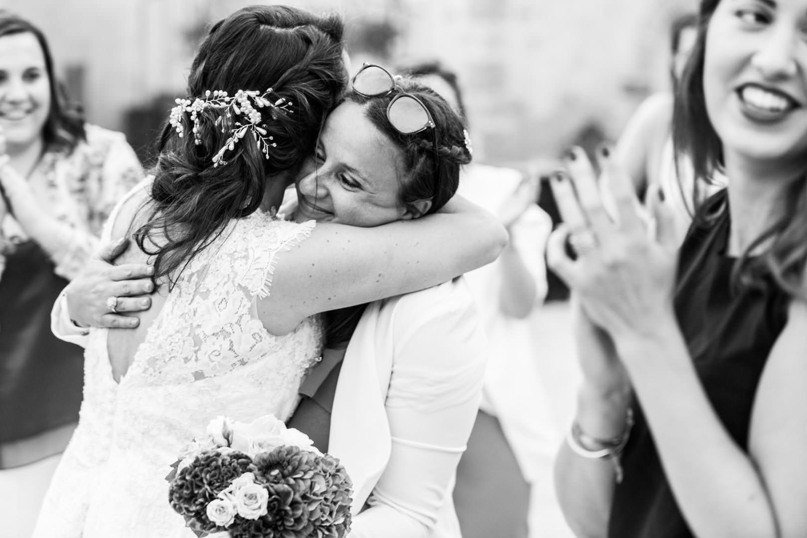 embrassades et félicitations pour le mariage de Cassie et Marius
