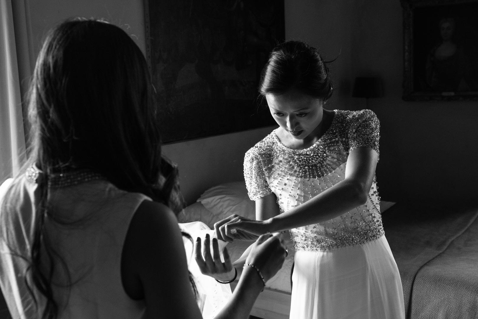 Enfiler la robe de marié, une opération délicate..