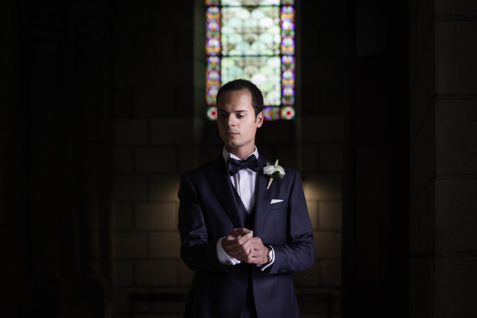 moment intime pour le marié à quelques instant du début de la cérémonie de mariage à l'église
