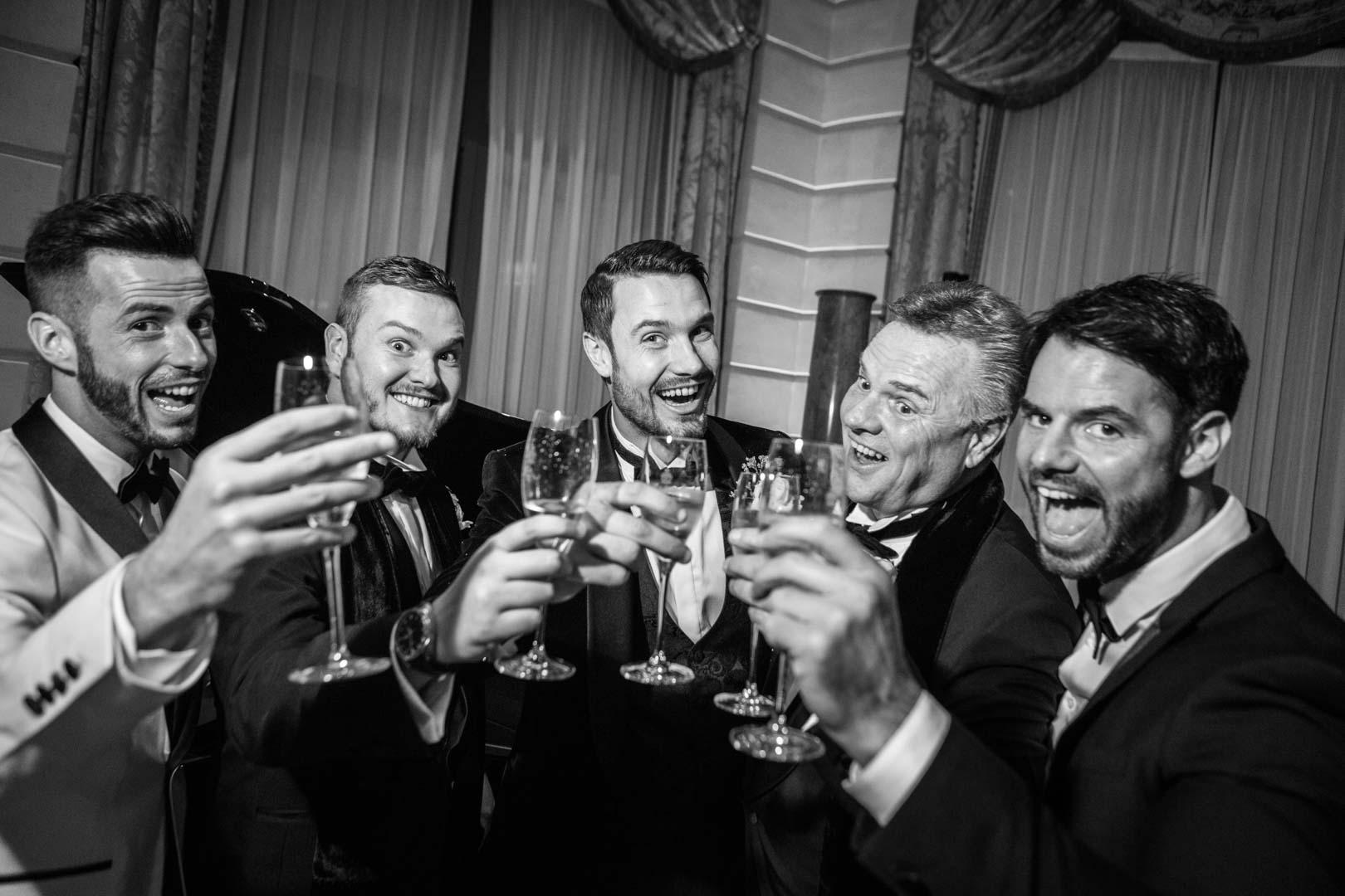 Le marié trinque avec ses amis lors du dîner de Mariage au Ritz, Paris
