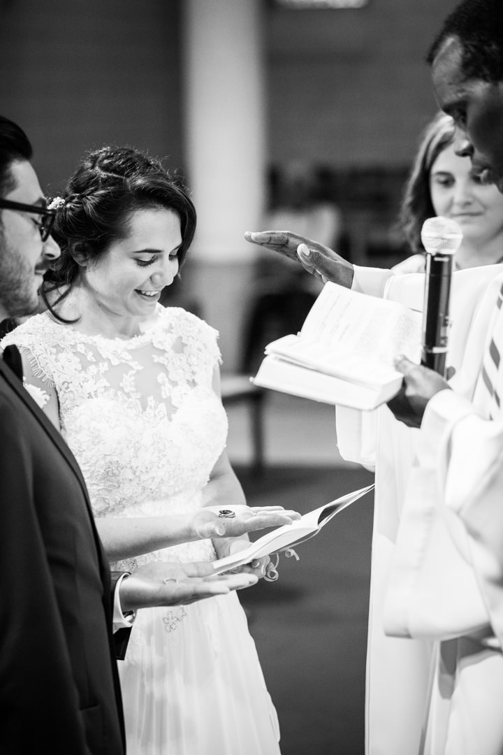 lecture à l'église pendant cérémonie de mariage