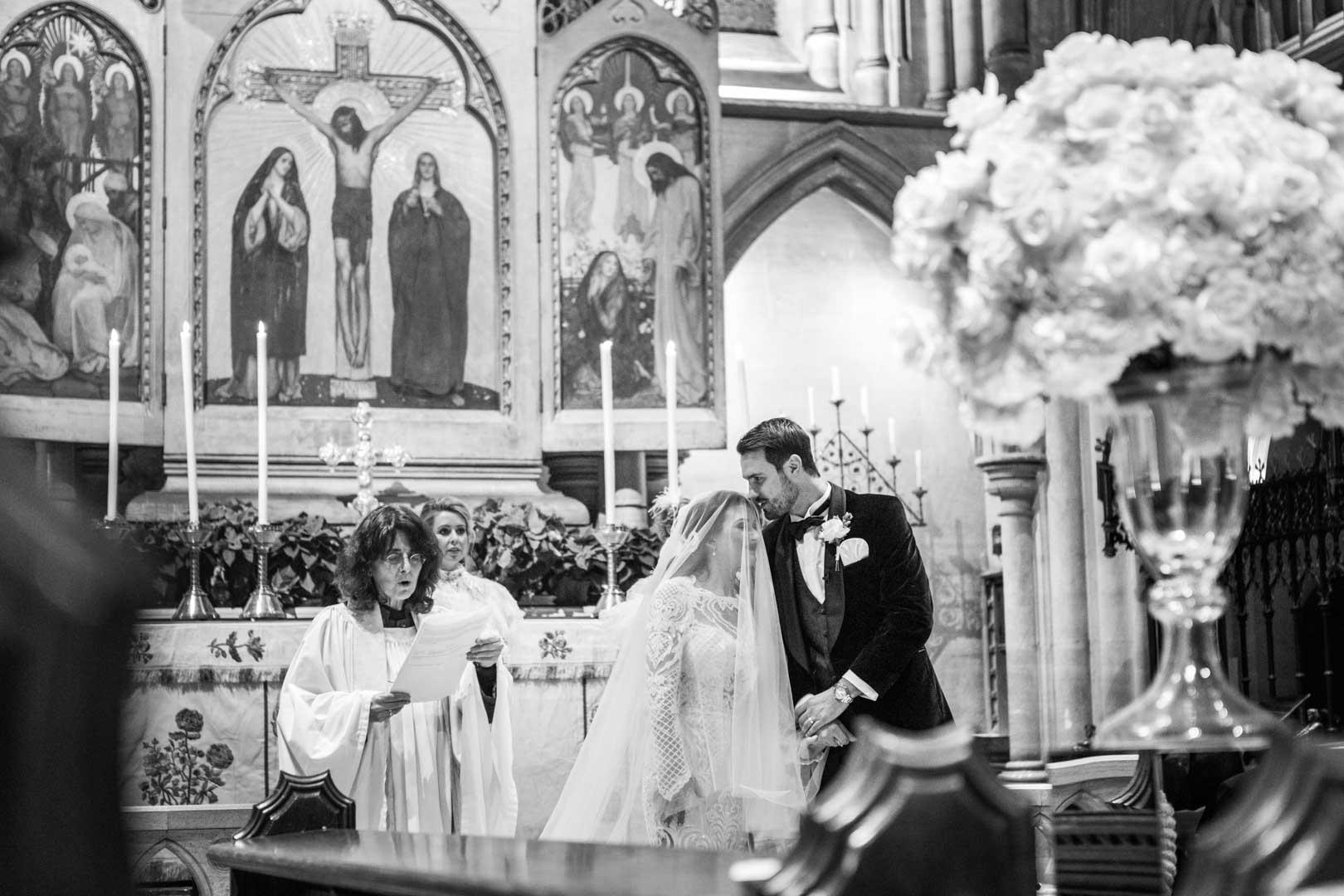 Les époux dans l'église pendant des chants liturgiques, photo noir et blanc