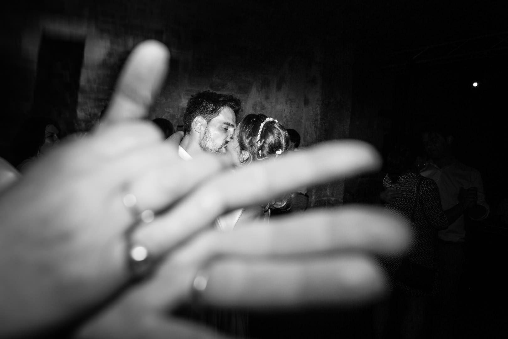 mains-et-baiser-noir-et-blanc