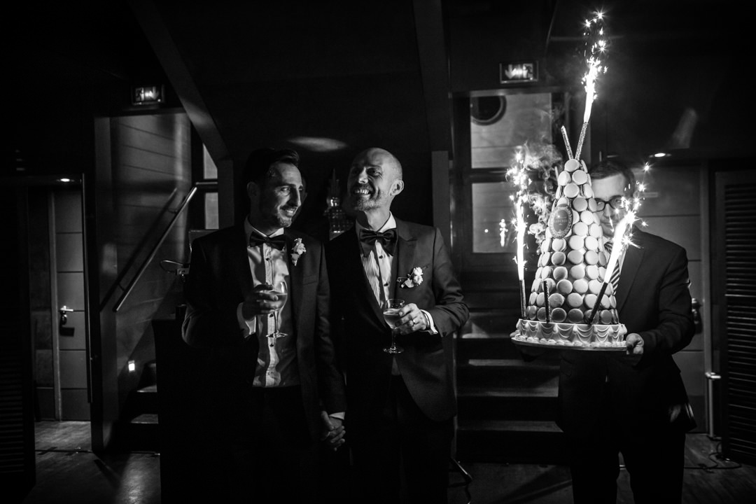 Les mariés et la pièce montée en macaron