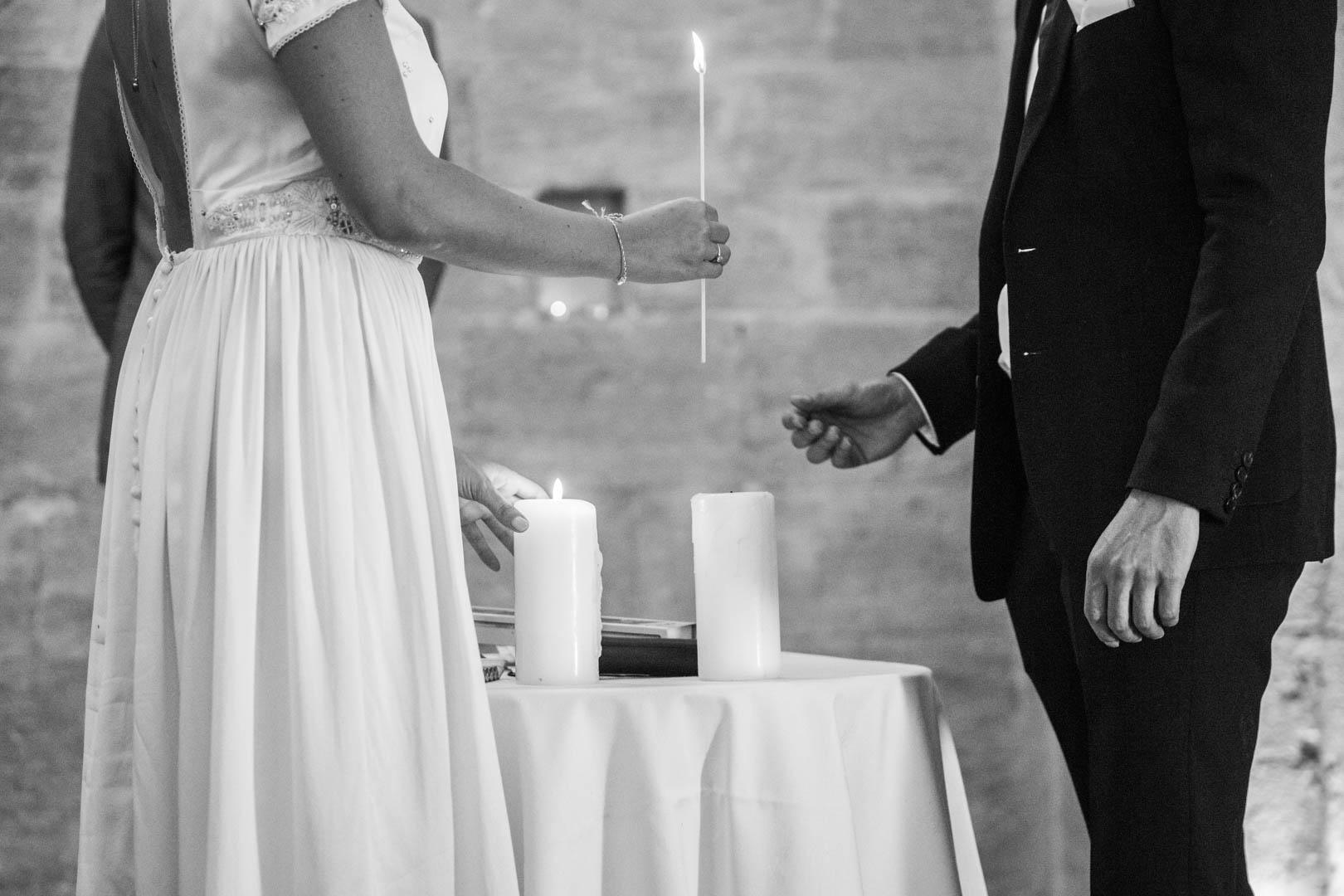 mariage-et-cierge-en-noir-et-blanc