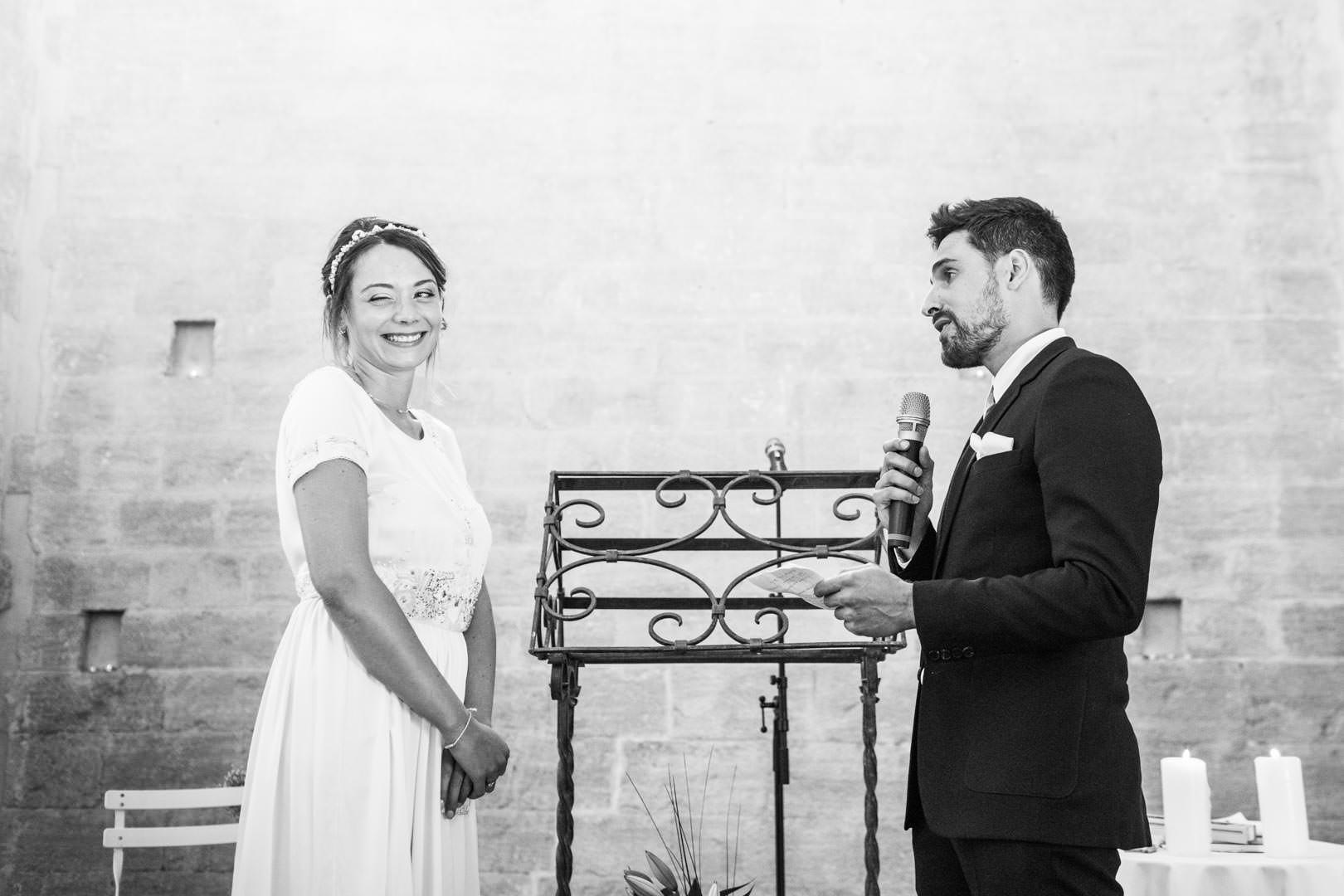 Clin d'oeil complice de la mariée, pendant le discours de son mari !