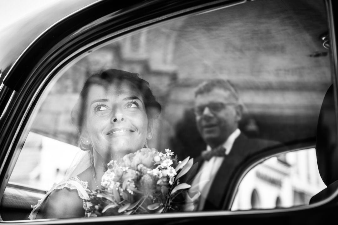 La marié, dans son carosse avant de convoler en noce, regarde son père avec amour.