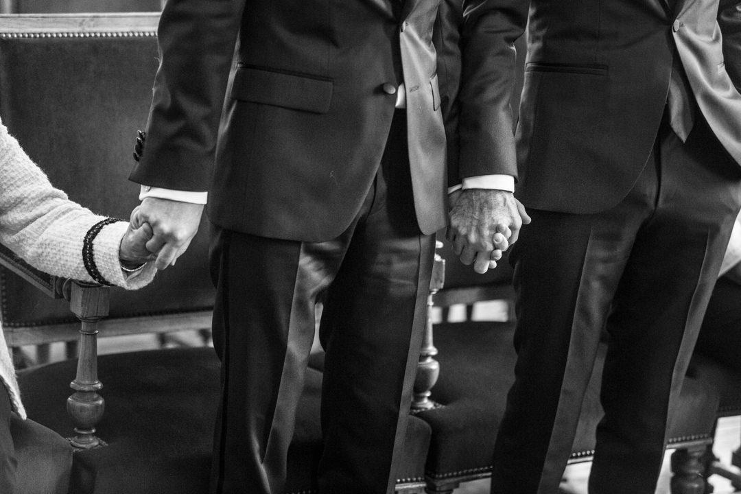 on-se-tient-les-mains-en-noir-et-blanc