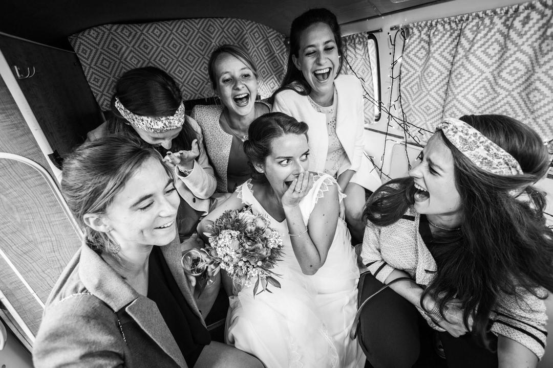 photo groupe de fille en train de rire à l'intérieur d'une cabine. Mariage à Biez
