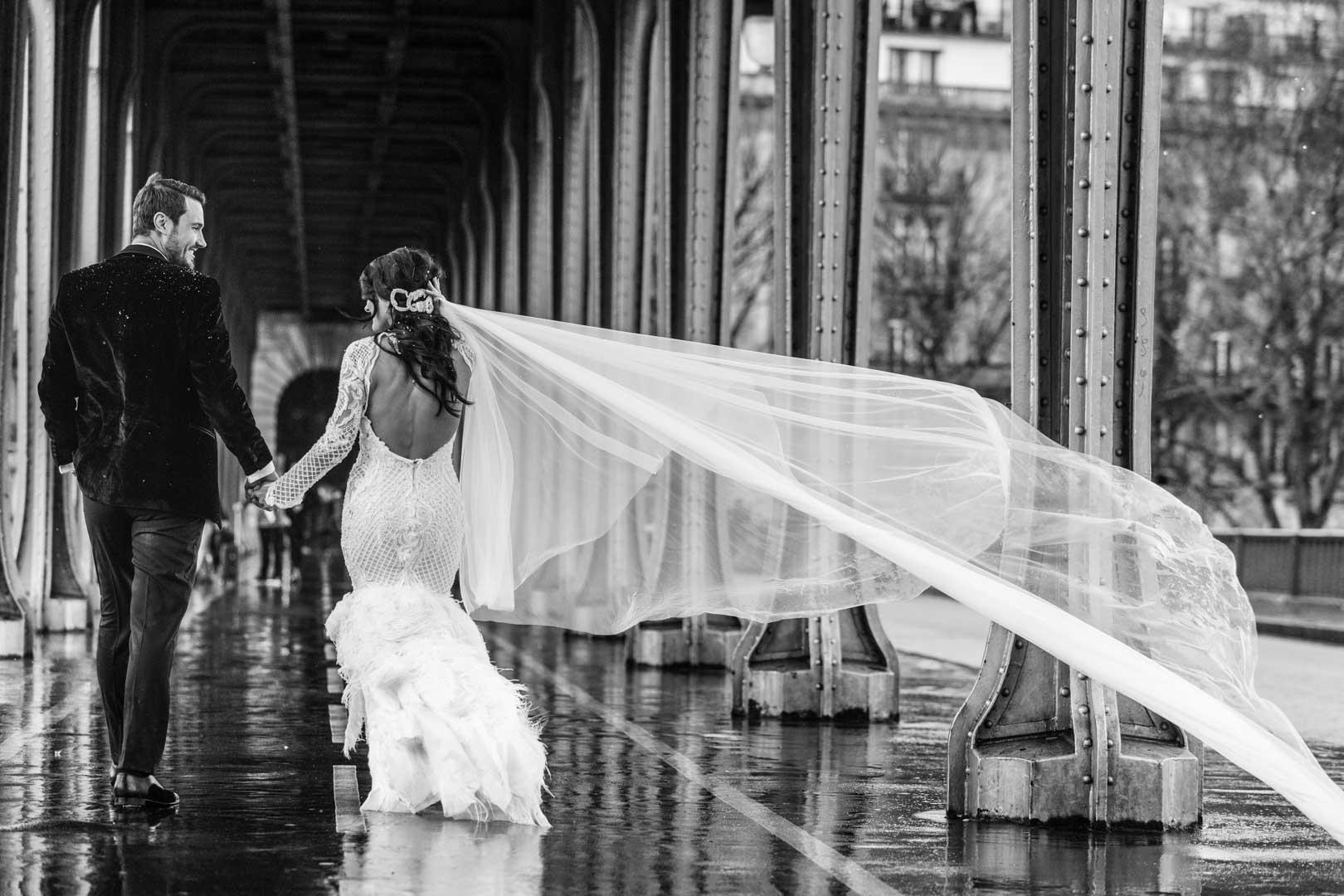 portrait-couple-de-dos-mariage-rue-de-paris