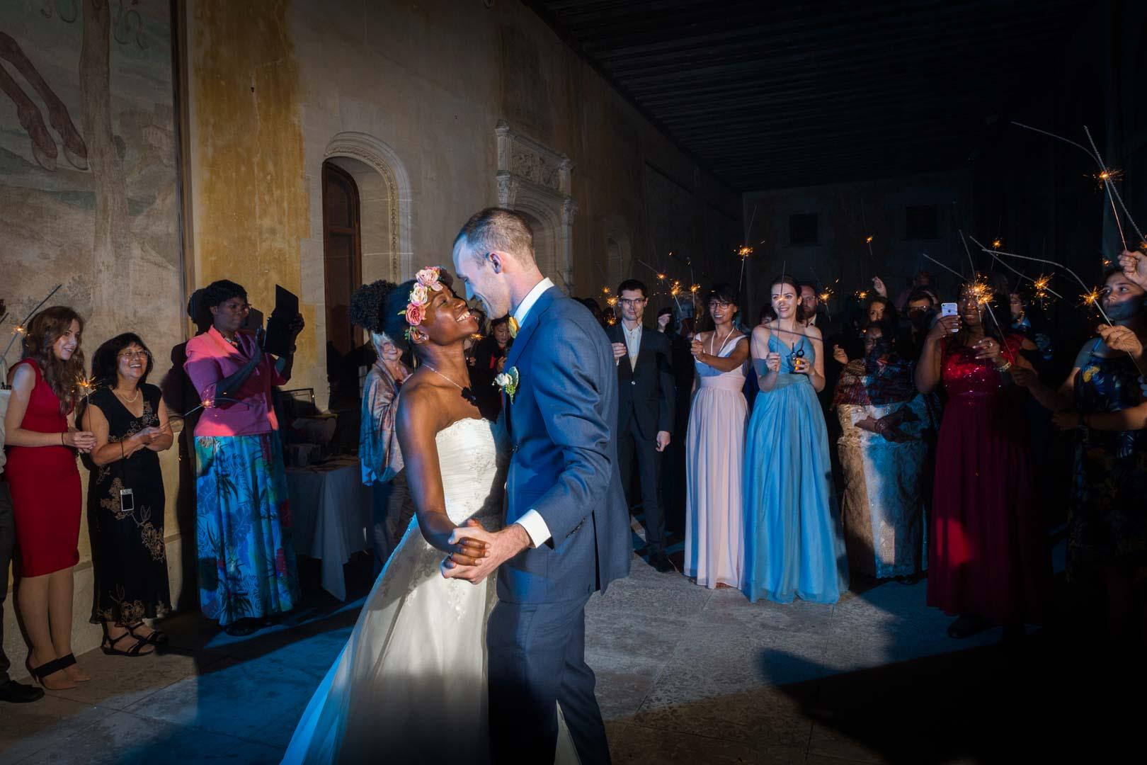Première danse pour les jeunes mariés au château de la verrerie