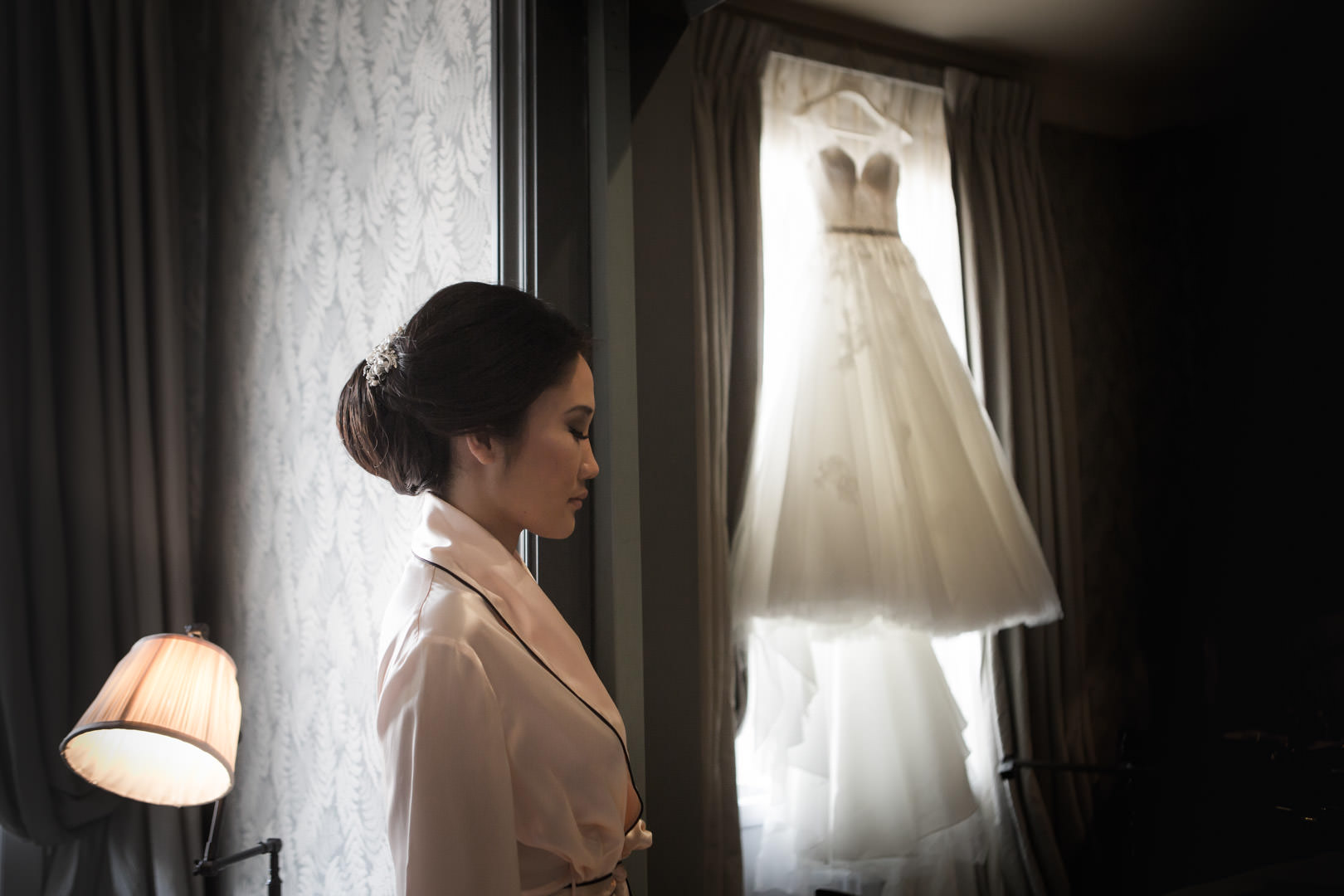 la mariée s'apprête à enfiler sa robe, moment intime.