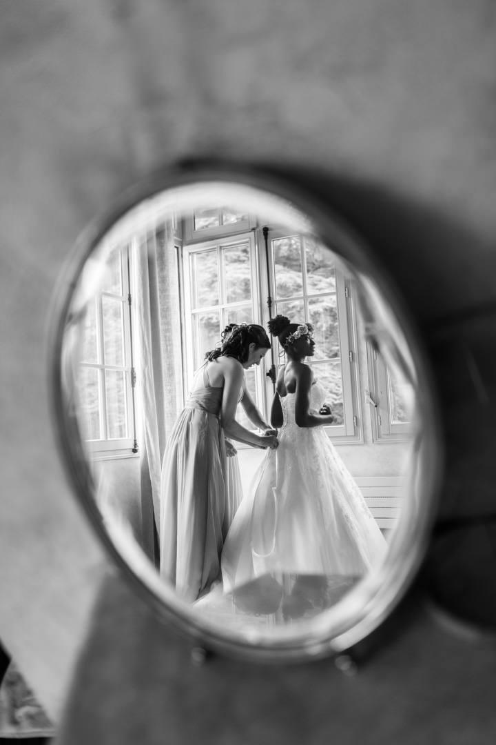 Reflet de la jeune mariée dans un miroir