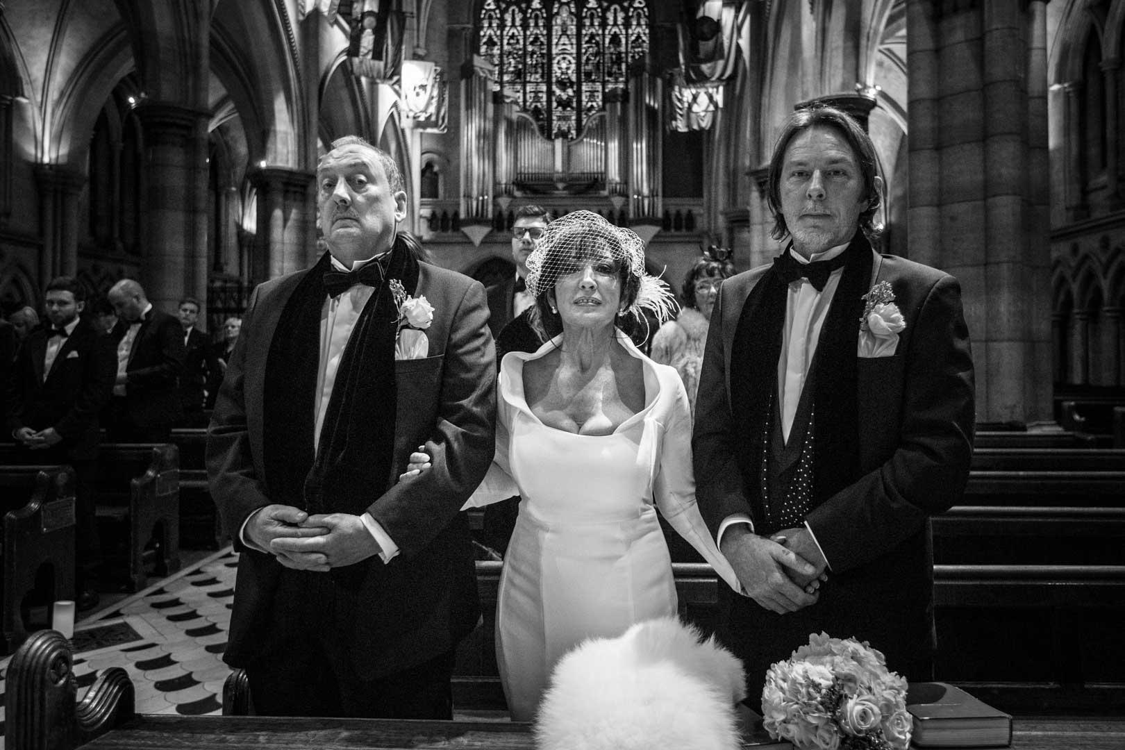 La famille de la mariée à l'église, Portrait et Regards caméra, photo noir et blanc