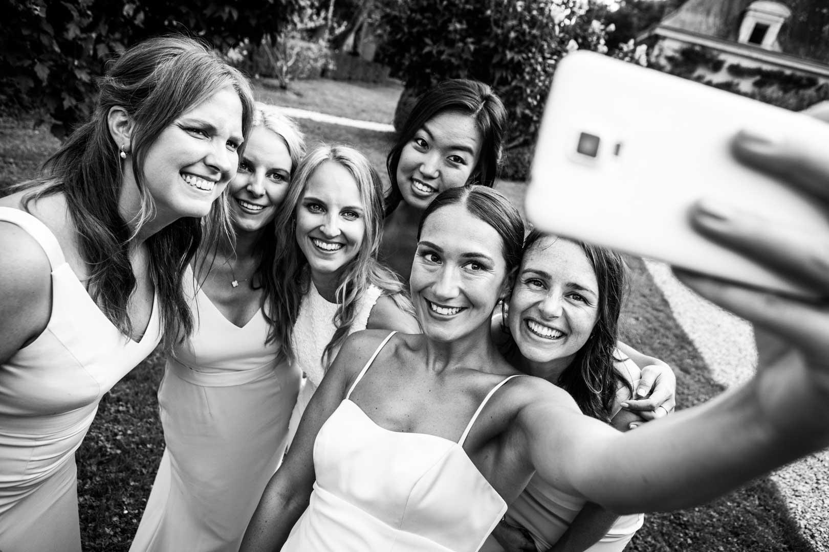 Selfie entre filles au château de Detilly à l'occasion du mariage de Richard & Michelle