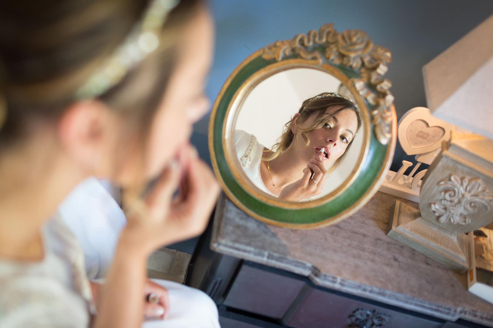 Session maquillage, la mariée se prépare à Saint Eusebe