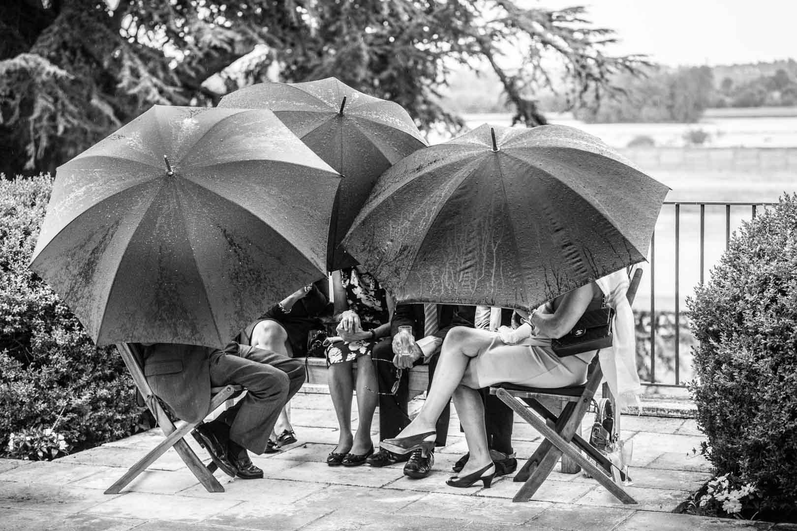 confidence sous parapluie : les secrets de la photographie de mariage