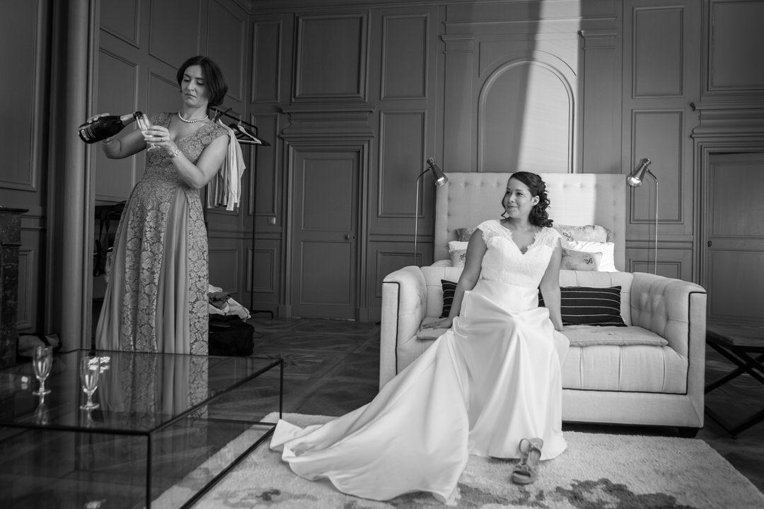Petite coupe de champagne pour la marié dans sa suite du château de Pierreclos