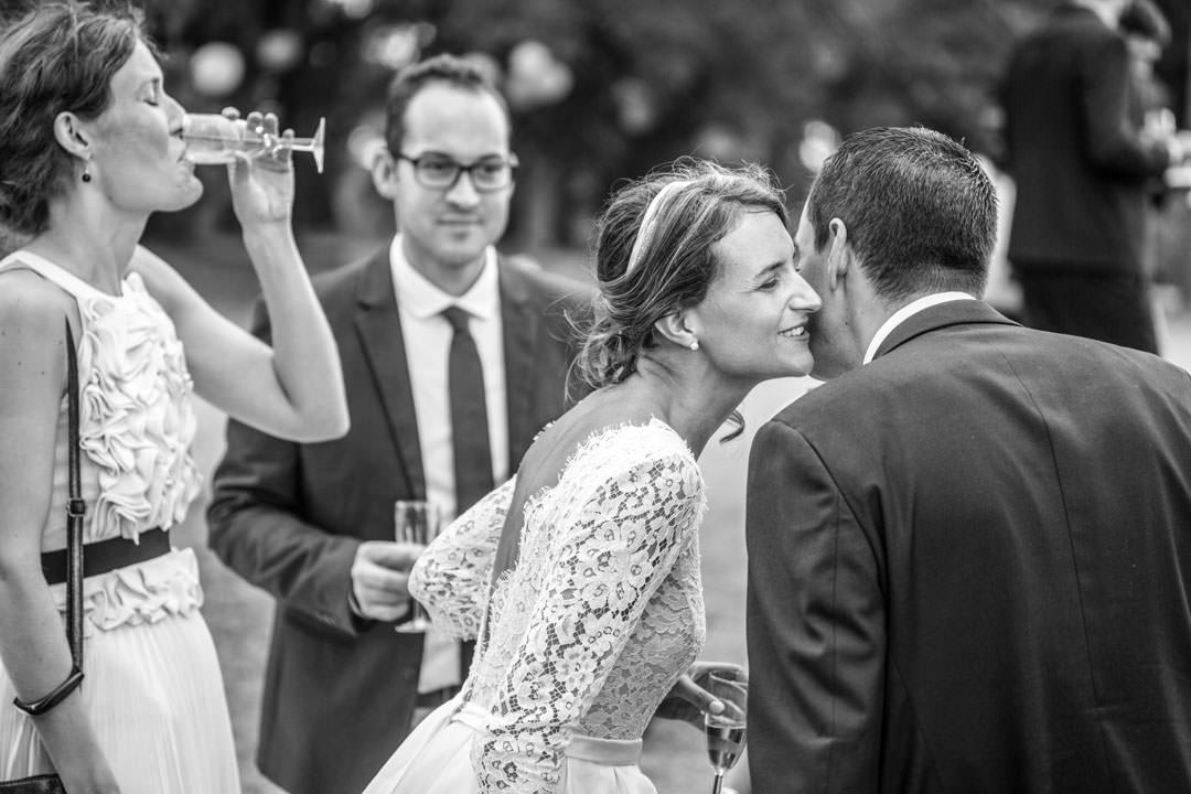 Vin d'honneur, la mariée. Photo noir & blanc