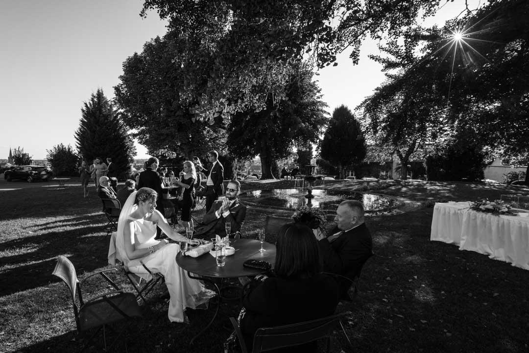 les mariés avec quelques convives dans les jardins du château