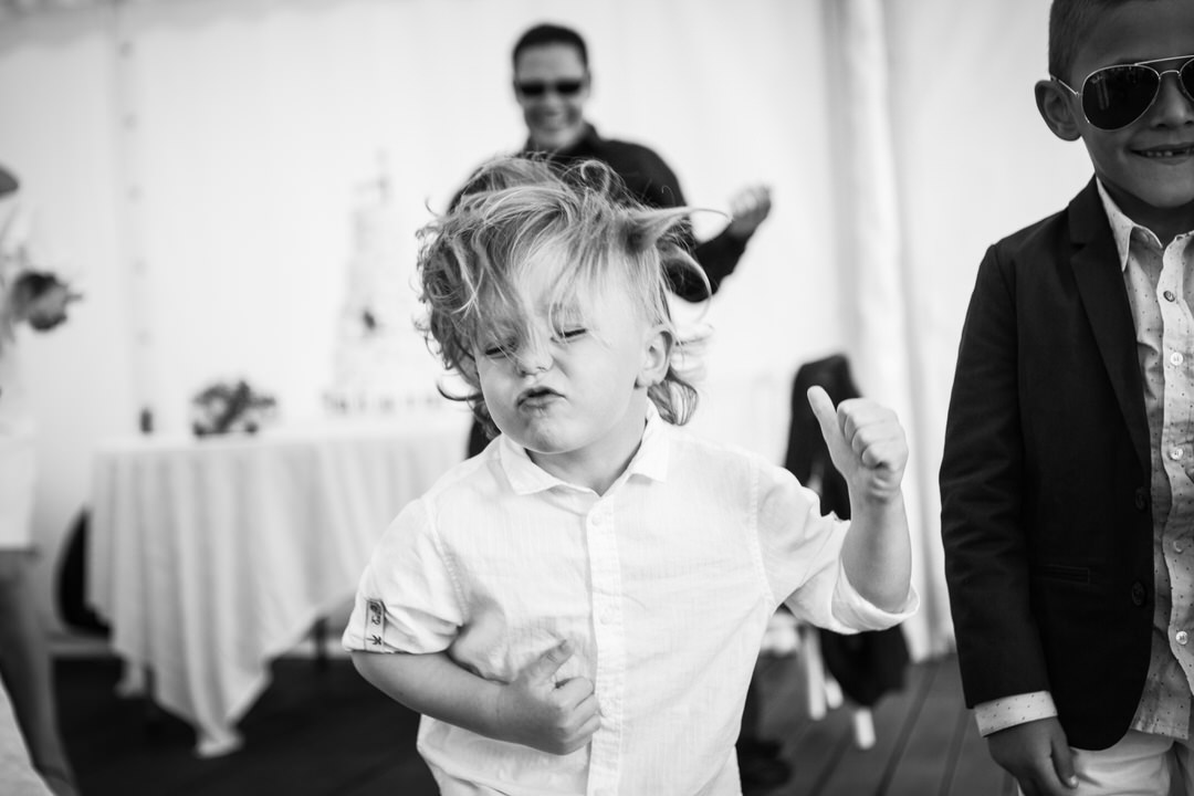 un jeune garçon danse. très rock 'n roll.