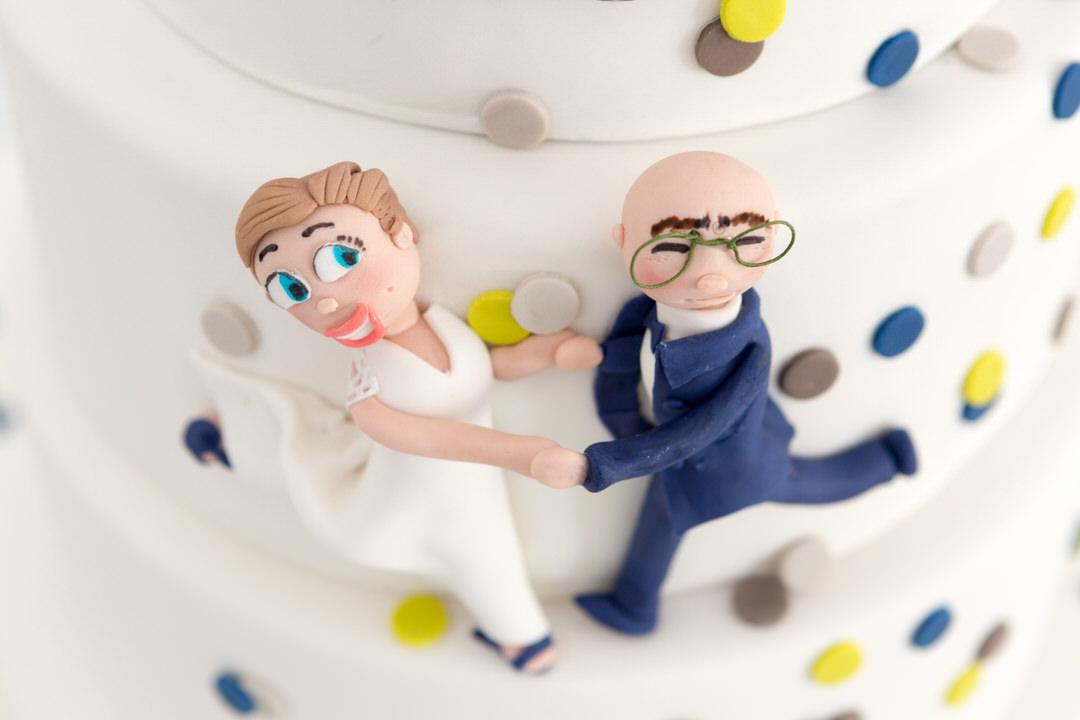 figurines en pâte à sucre, représentant les mariés sur le gâteau de mariage