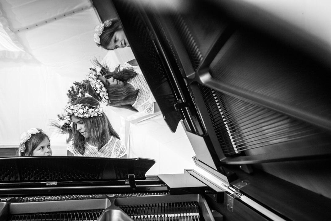 fillette-couronne-de-fleurs-piano