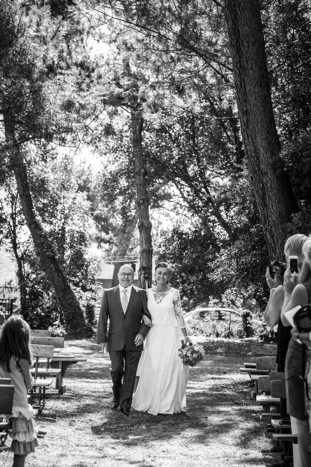 l'arrivée de la marié au bras de son père