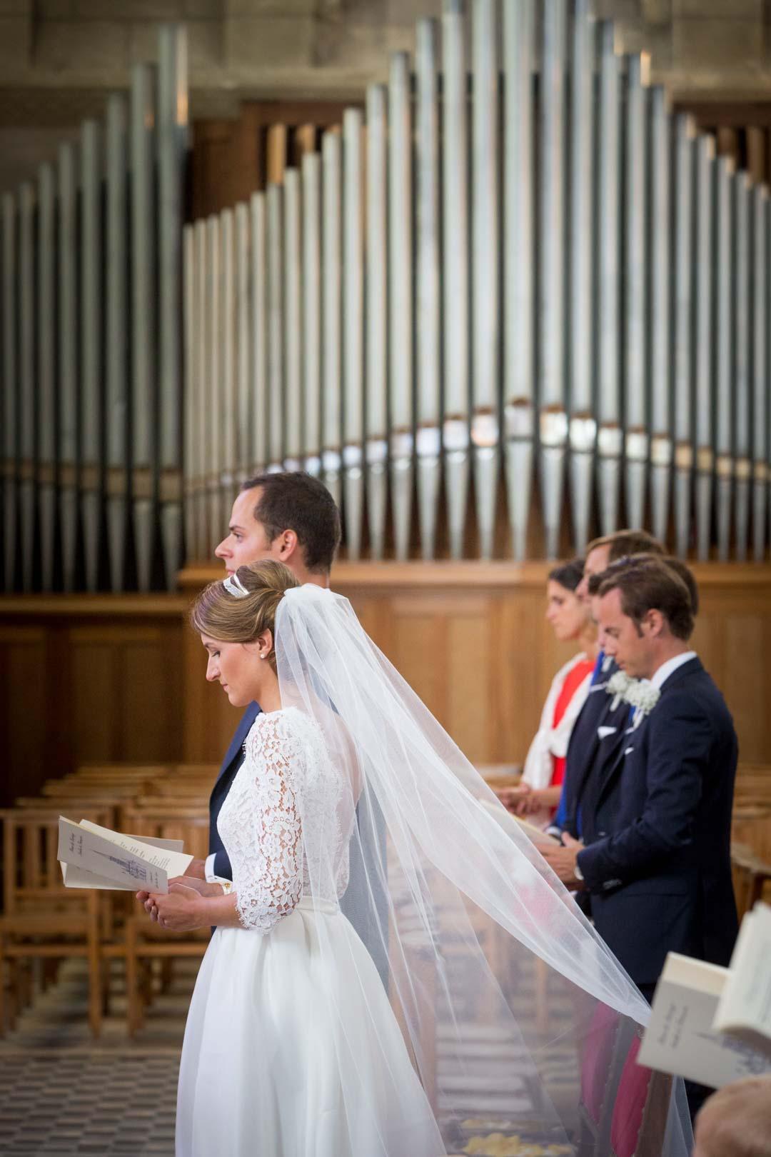 la-marie-sa-traine-orgue-en-arriere-plan-mariage-anger