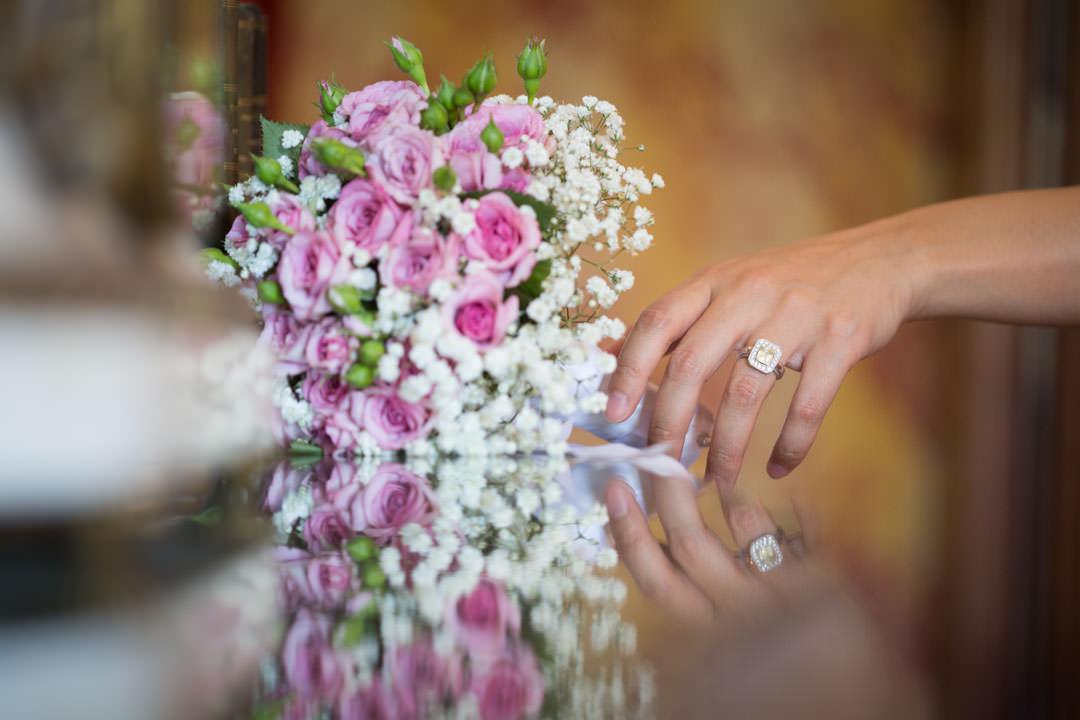 Bouquet de fleur et bague de fiancaille