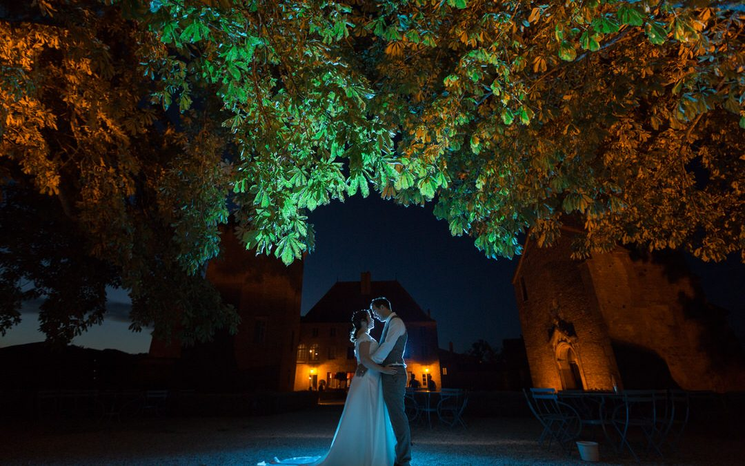 Photo de couple sous les arbres au château de Pierreclos (71)