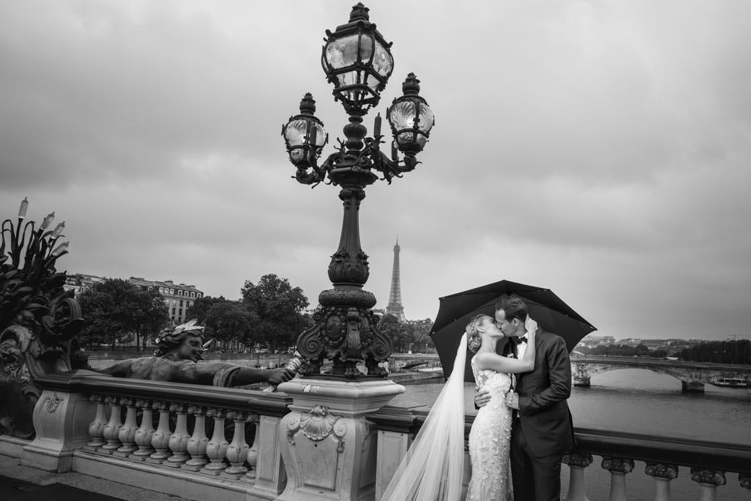 Session photo en couple sur un Pont Parisient, sous la pluie