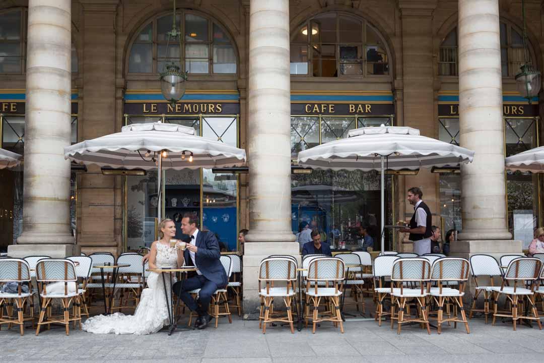 Couple de jeunes mariés en terrasse à Paris