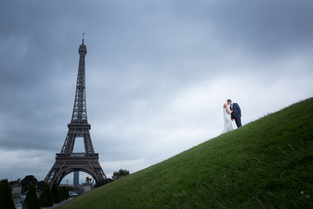 photoshoot en couple à la tour Eiffel