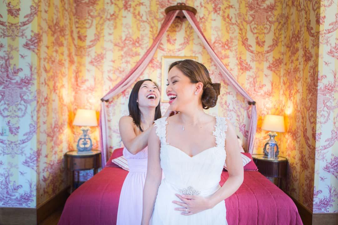 la mariée finit de se préparer dans sa suite, château de Bourron