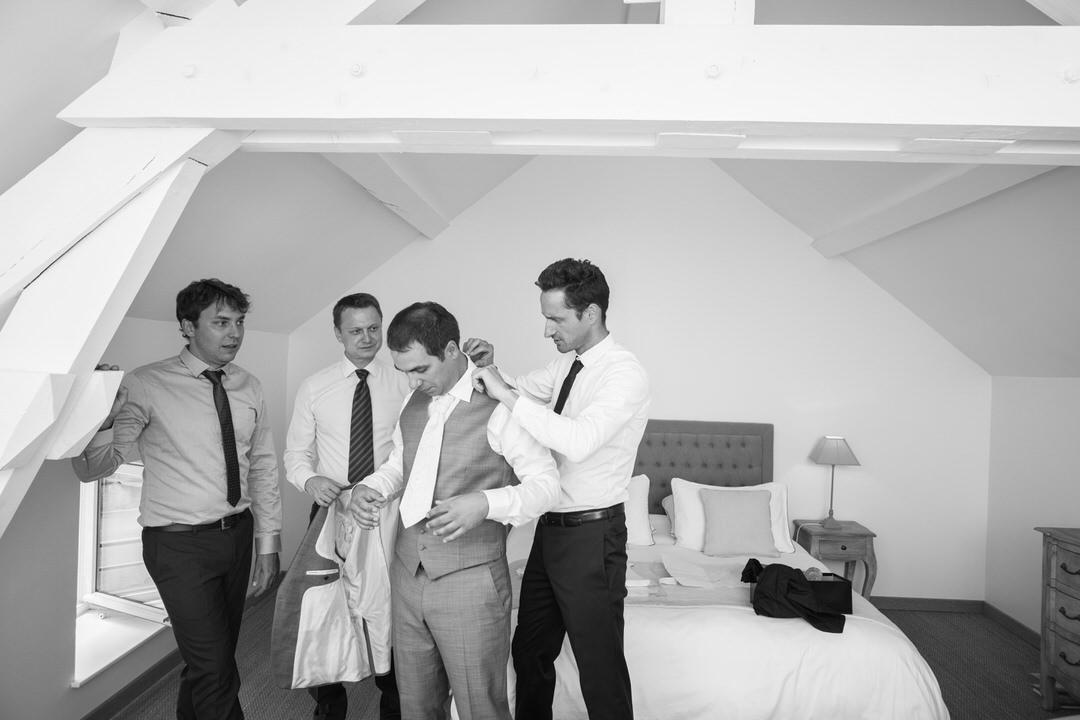 Le marié et ses garçons d'honneurs finissent de se préparer quelques instants avant le début de la cérémonie