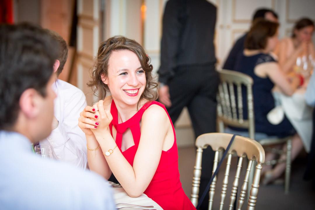 Jeune femme en robe rouge. Mariage Franco-chinois à la maison des Arts et Métiers