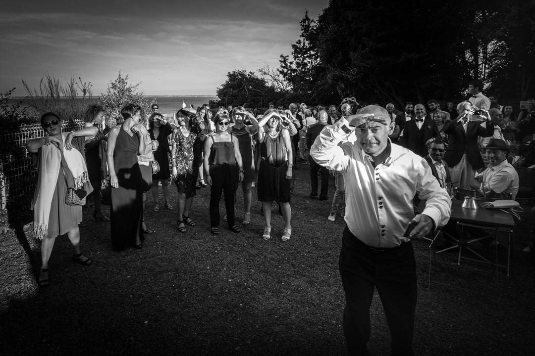 devant la mer, un groupe réalise une chorégraphie de danse
