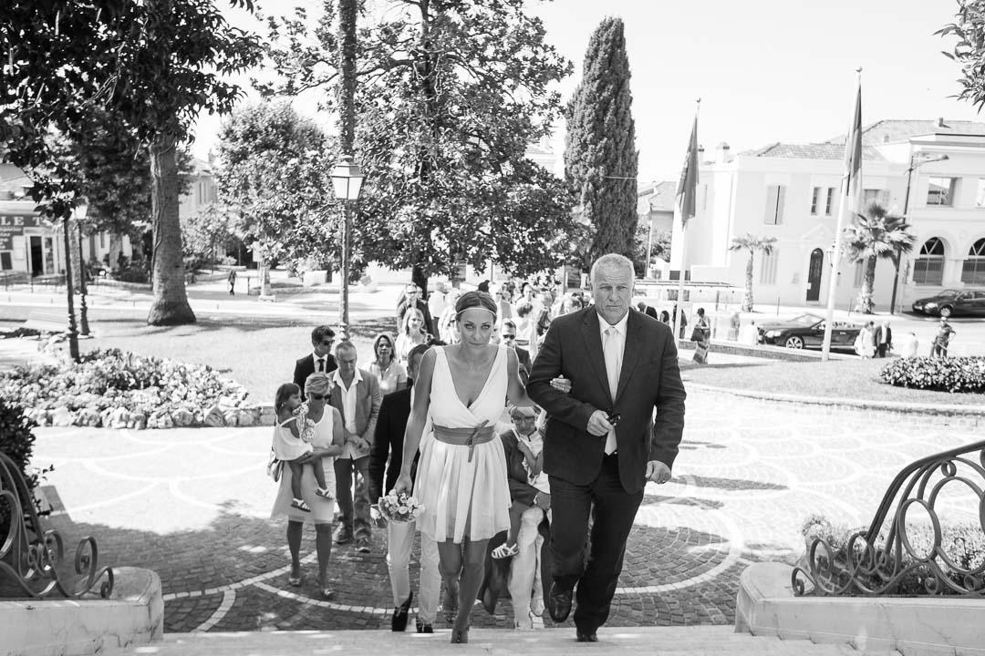 La mariée est ses demoiselles d'honneur avant le début de la cérémonie